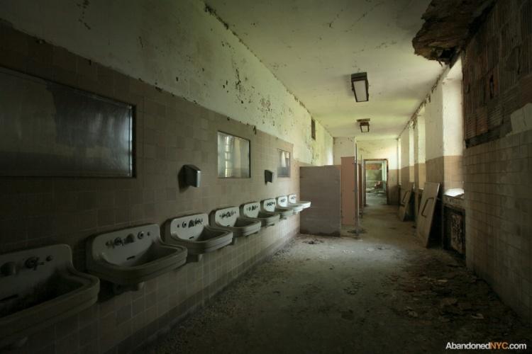 Inside creedmoor state hospital s building 25 abandonednyc for Village bathroom photos